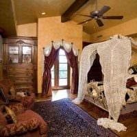 идея оригинальных декоративных штор в стиле квартиры картинка