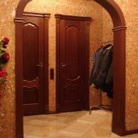 вариант современного декора гостиной с аркой картинка