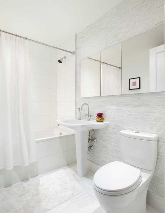 вариант яркого дизайна белой ванной