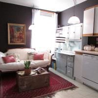 вариант необычного дизайна квартиры с диваном фото