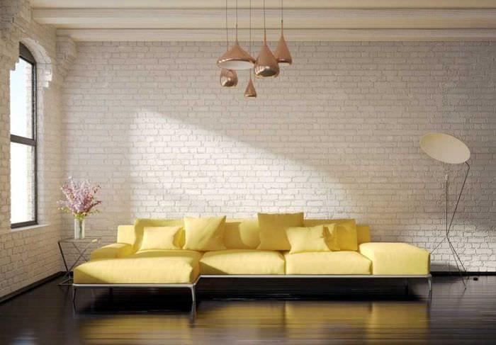 вариант необычного дизайна комнаты с диваном