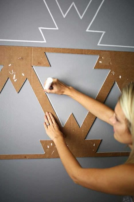вариант современного дизайна комнаты с декоративным рисунком на стене
