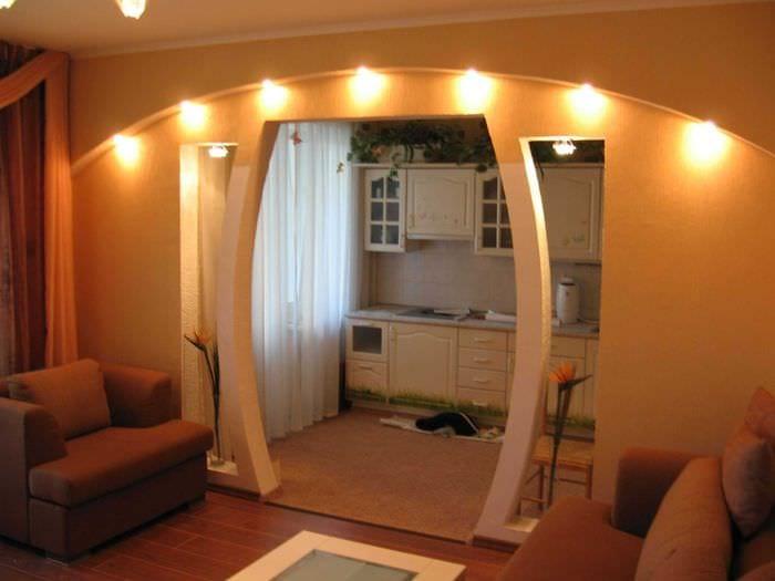 вариант оригинального декора гостиной с аркой