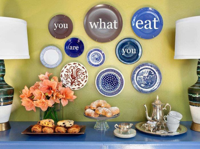 вариант оригинального дизайна квартиры с декоративными тарелками на стену