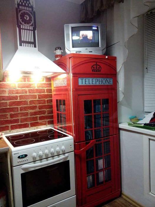 вариант красивого украшения холодильника на кухне