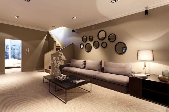 вариант яркого украшения стен в гостиной