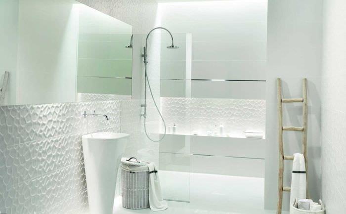 идея оригинального интерьера белой ванной комнаты