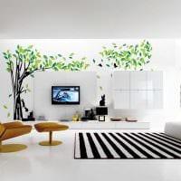 идея яркого декорирования стен в гостиной фото