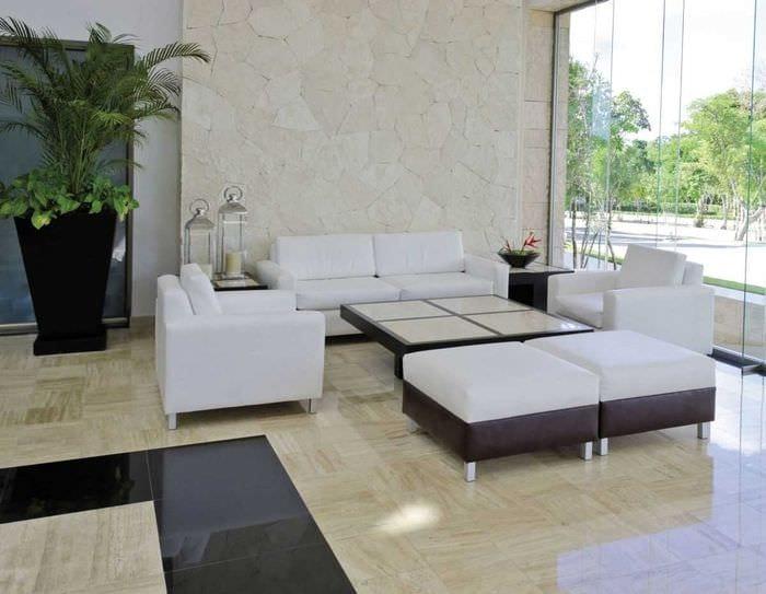 идея яркой декоративной штукатурки в дизайне гостиной