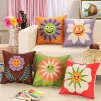 вариант красивых декоративных подушек в стиле гостиной картинка