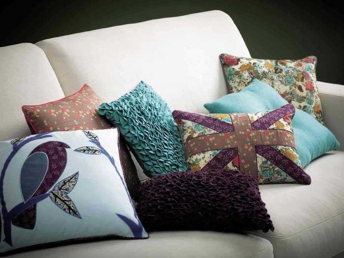 вариант современных декоративных подушек в стиле гостиной