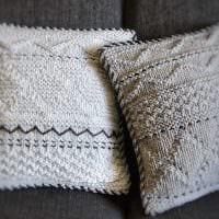 вариант современных декоративных подушек в интерьере спальни фото