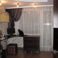 идея ярких декоративных штор в интерьере комнаты фото