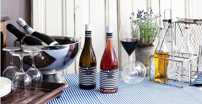 идея необычного декорирования стеклянных бутылок солью