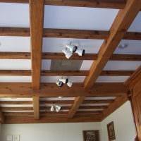 идея оригинального интерьера спальни с декоративными балками картинка