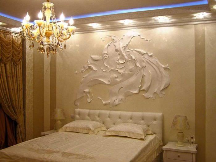 идея современного декора комнаты с декоративным рисунком на стене