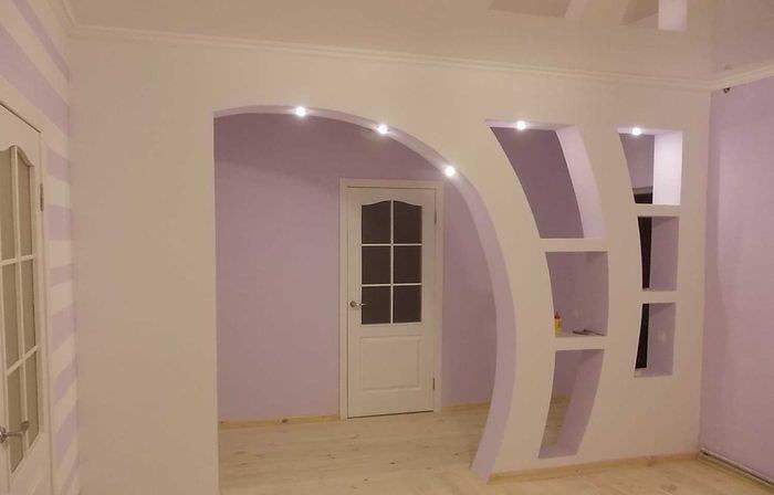 идея необычного декора гостиной с аркой