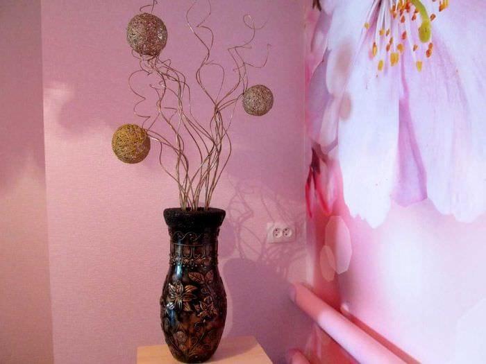 идея яркого интерьера вазы с декоративными ветками