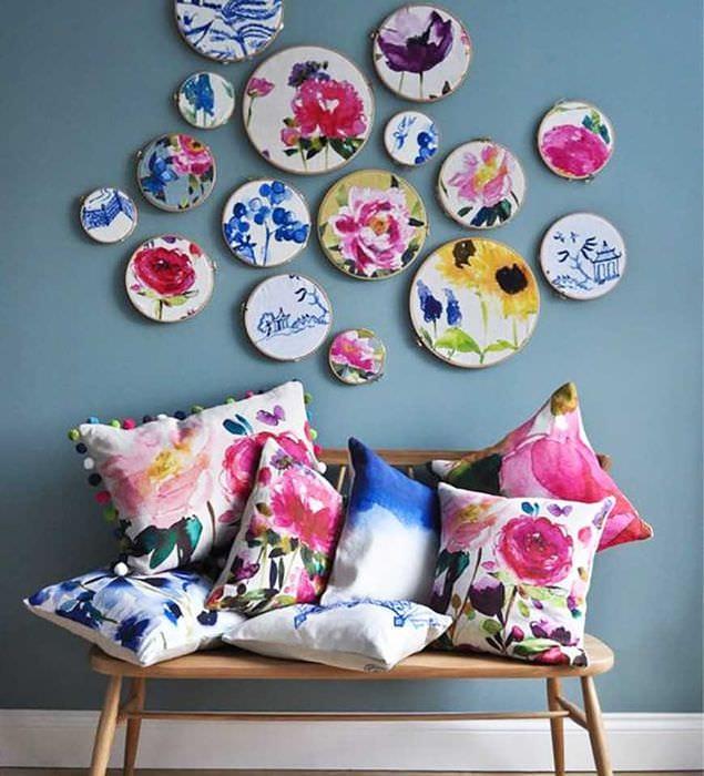 вариант оригинального оформления спальни с декоративными тарелками на стену