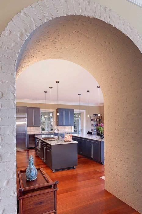 идея оригинального дизайна кухни с аркой