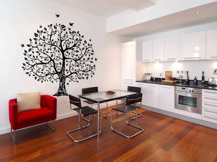 вариант оригинального дизайна квартиры с декоративным рисунком на стене