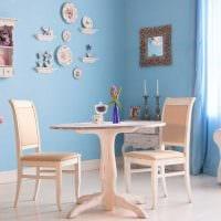 вариант современного стиля комнаты с декоративными тарелками на стену картинка
