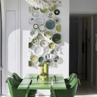 идея необычного дизайна гостиной с декоративными тарелками на стену фото