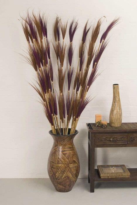 идея красивого интерьера вазы с декоративными цветами
