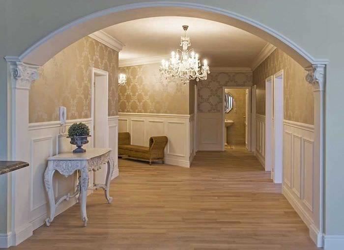 вариант современного дизайна гостиной с аркой