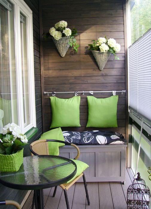 идея красивого интерьера небольшого балкона