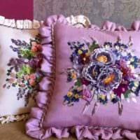 идея красивых декоративных подушек в стиле гостиной фото