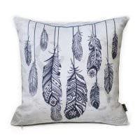 вариант необычных декоративных подушек в дизайне спальни картинка
