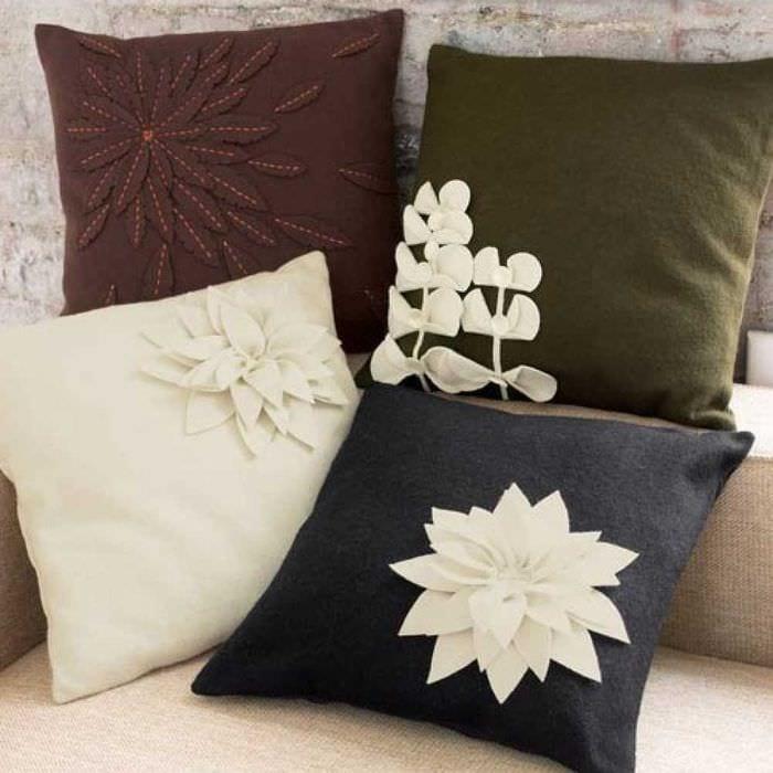 идея красивых декоративных подушек в дизайне спальни