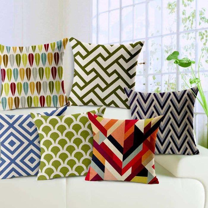 идея оригинальных декоративных подушек в интерьере спальни