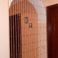 вариант ярких декоративных штор в дизайне комнаты фото