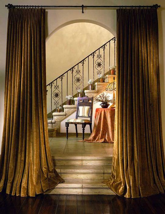 идея необычных декоративных штор в интерьере квартиры