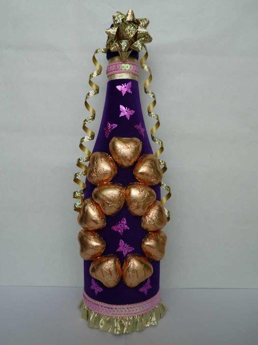 Подарок бутылка в конфетах
