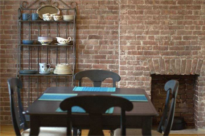 идея применения оригинального декоративного кирпича в интерьере квартиры