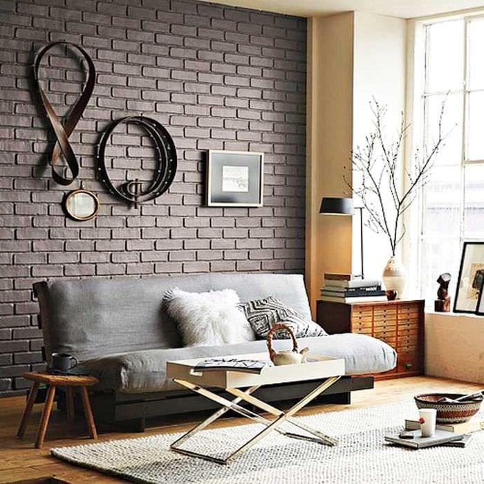вариант применения яркого декоративного кирпича в интерьере гостиной