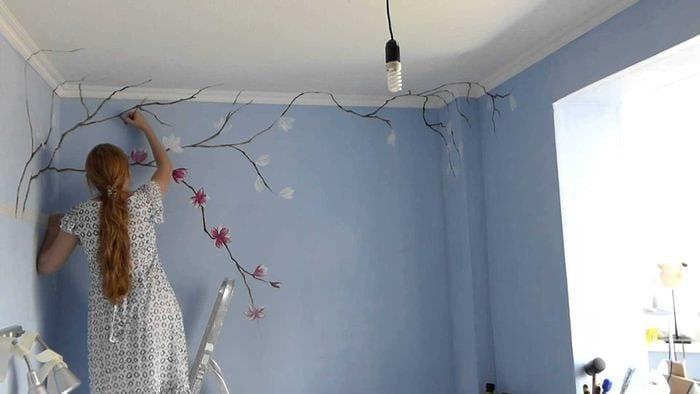 идея современного декора квартиры с декоративным рисунком на стене