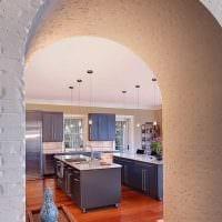 вариант оригинального декора кухни с аркой фото