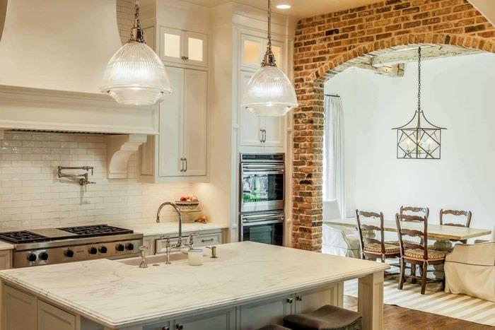 идея необычного интерьера кухни с аркой