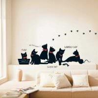 вариант красивого дизайна комнаты с декоративным рисунком на стене картинка