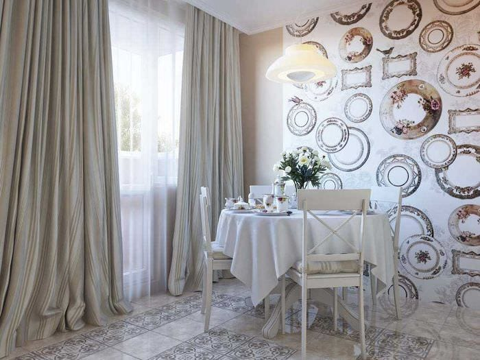 идея красивого интерьера гостиной с декоративными тарелками на стену
