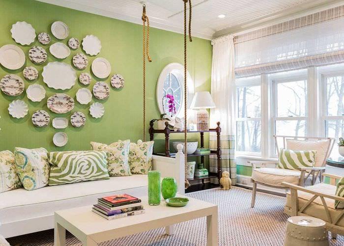 идея необычного оформления комнаты с декоративными тарелками на стену