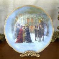 идея яркого оформления комнаты с декоративными тарелками на стену картинка