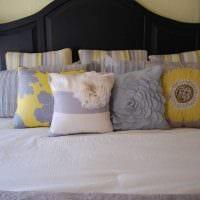 вариант оригинальных декоративных подушек в стиле гостиной фото