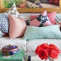 идея современных декоративных подушек в дизайне гостиной фото