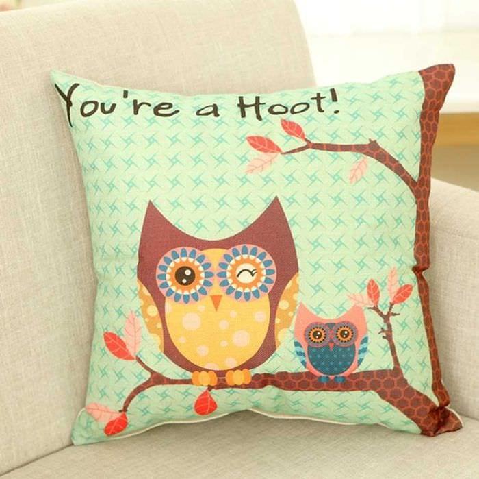 вариант необычных декоративных подушек в интерьере спальни