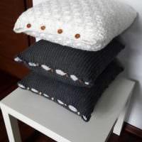 идея необычных декоративных подушек в интерьере спальни картинка
